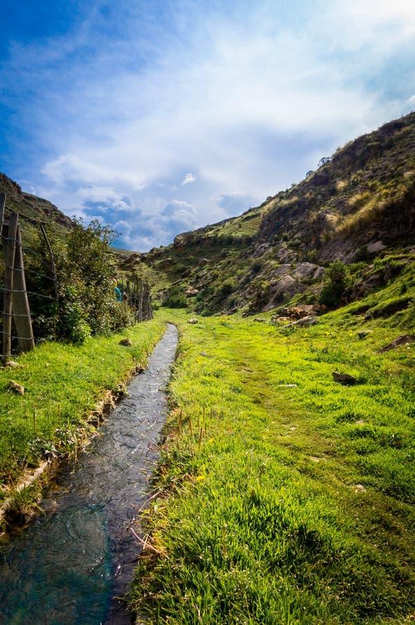 Bakgrund av ett vattendrag nära till ett land i Ayacucho, Peru royaltyfri foto