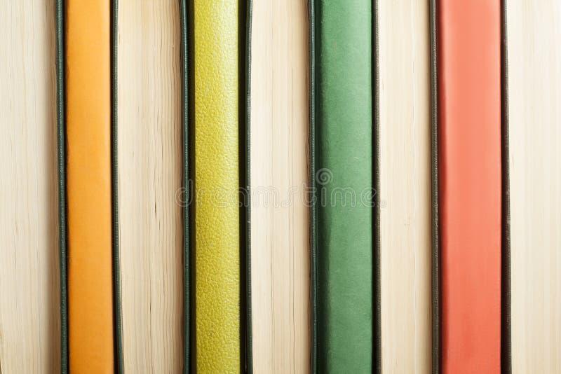 Bakgrund av färgrika böcker tillbaka skola till books isolerat gammalt för begrepp utbildning arkivbild