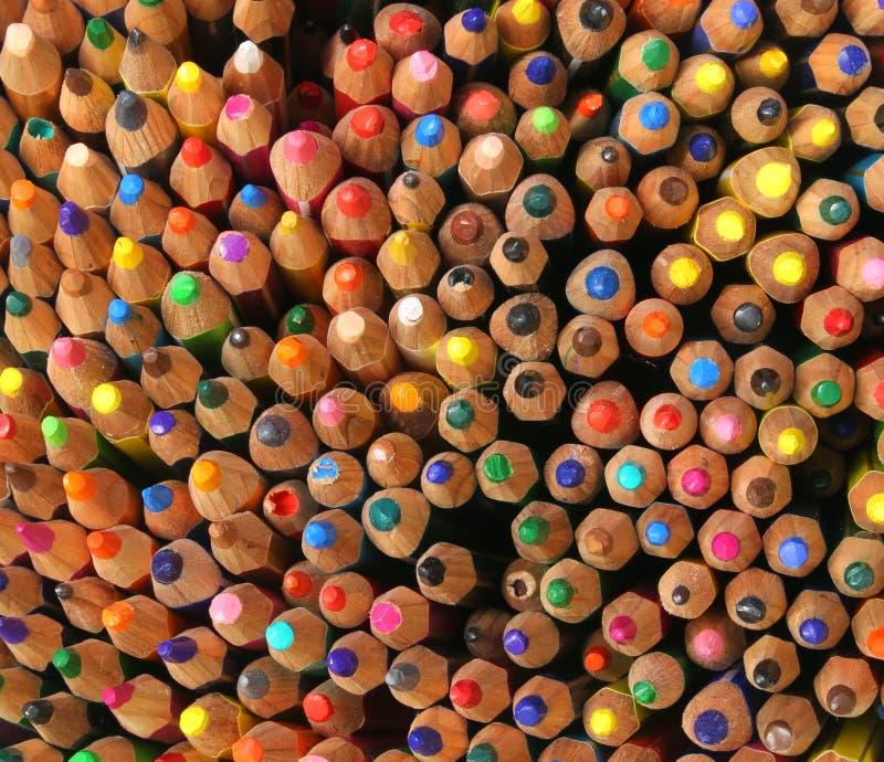 Bakgrund av färgrika blyertspennor som används av barn under drawien arkivfoton