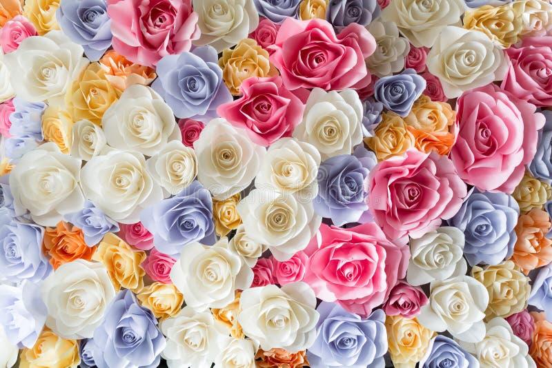 Bakgrund av färgrika pappers- rosor royaltyfria bilder