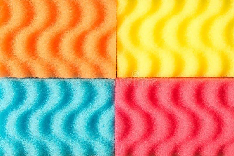 Bakgrund av färgrika svampar för tvättande disk Begreppsnollan arkivfoton