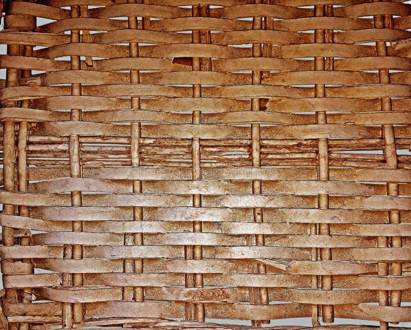 Bakgrund av flätat samman i ett nätverk av böjliga musikband av trä som målas i brunt royaltyfri foto