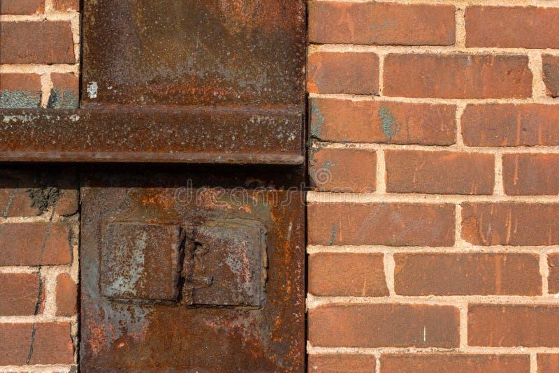 Bakgrund av gammal tegelsten och rostade industriella texturer för metall, idérikt kopieringsutrymme royaltyfria bilder
