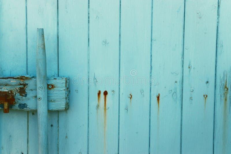 Bakgrund av gammalt ljus - trätextur för blå grunge del av den antika gamla d?rren fotografering för bildbyråer