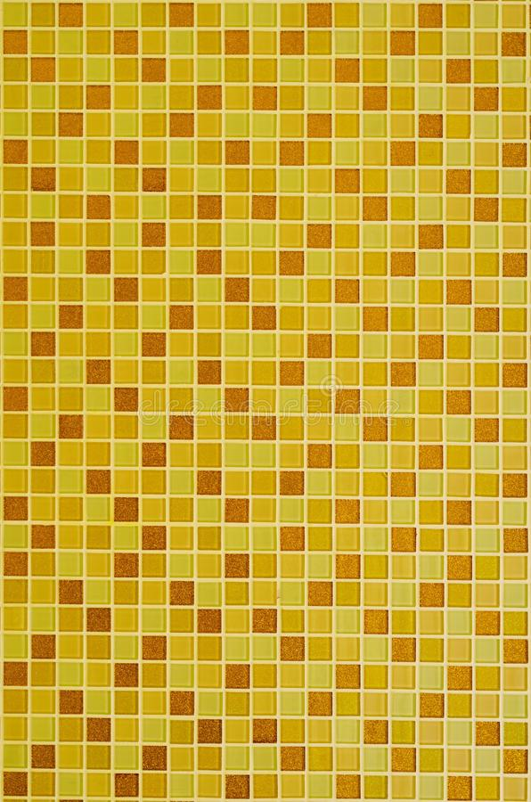 Bakgrund av gula guld- mosaiktegelplattor för badrum- och kökvägggarnering royaltyfri fotografi
