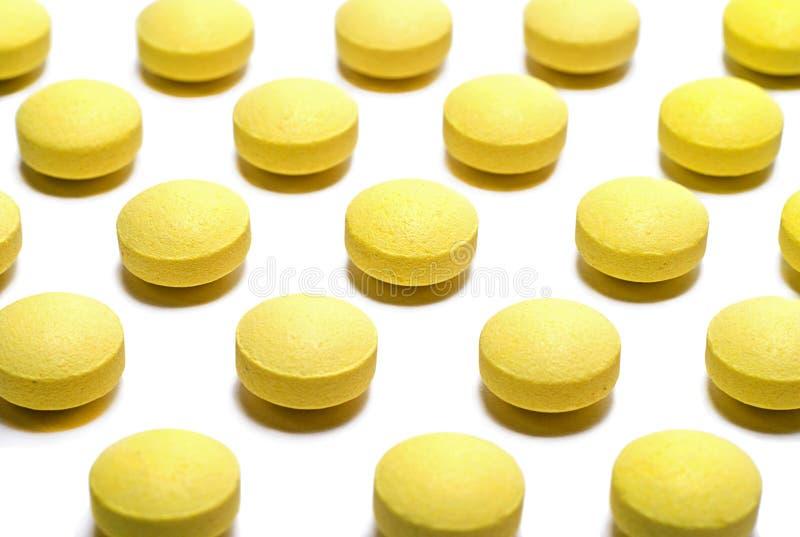 Bakgrund av gula preventivpillerar: medicinbegrepp royaltyfri foto