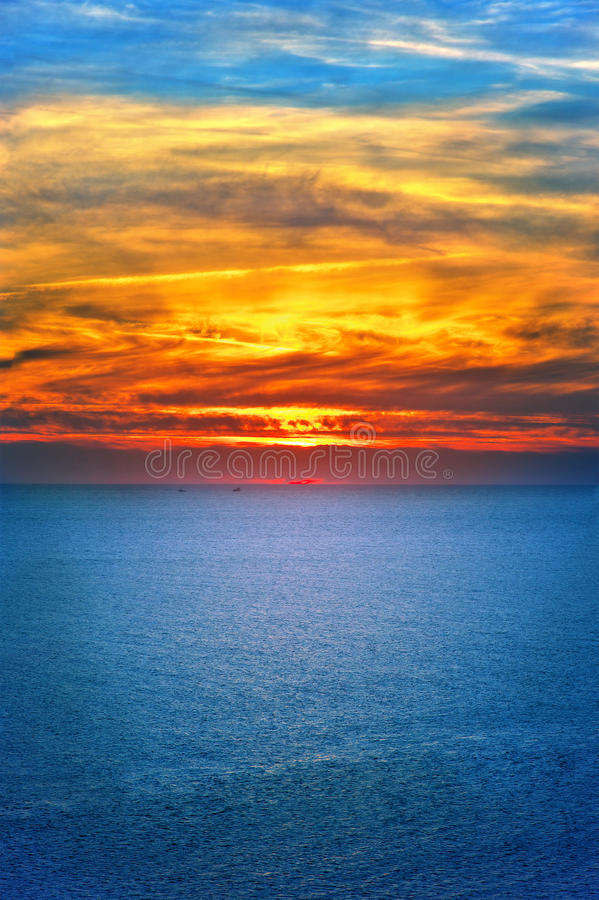 Bakgrund av härligt landskap för för solnedgånghimmel och hav royaltyfri bild