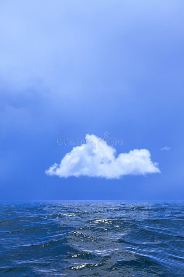 Bakgrund av himmel med ett enkelt moln reflekterade i vatten eller ocea arkivfoto
