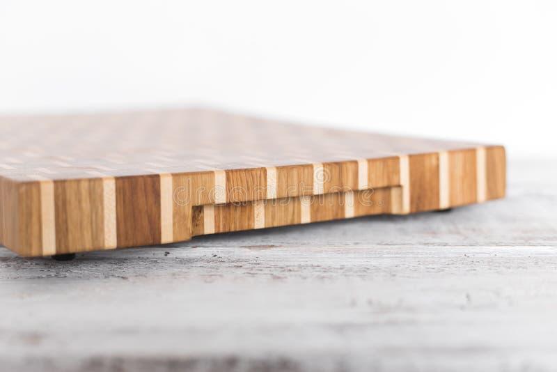 Bakgrund av kökskärbrädan gjorde från det åtskilliga stycket för bambu arkivbilder