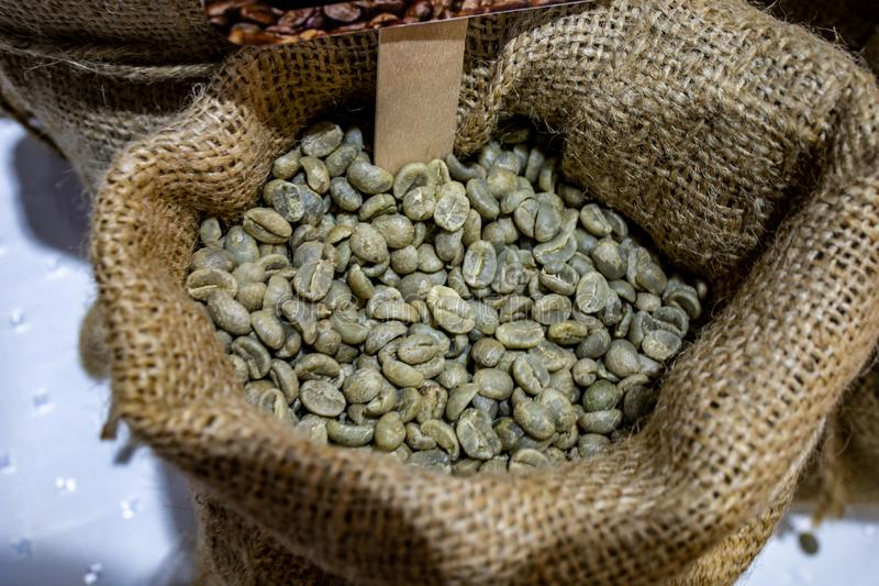 Bakgrund av kaffeb?nor p? en korg arkivfoto