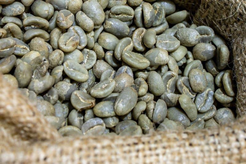Bakgrund av kaffeb?nor p? en korg royaltyfri fotografi
