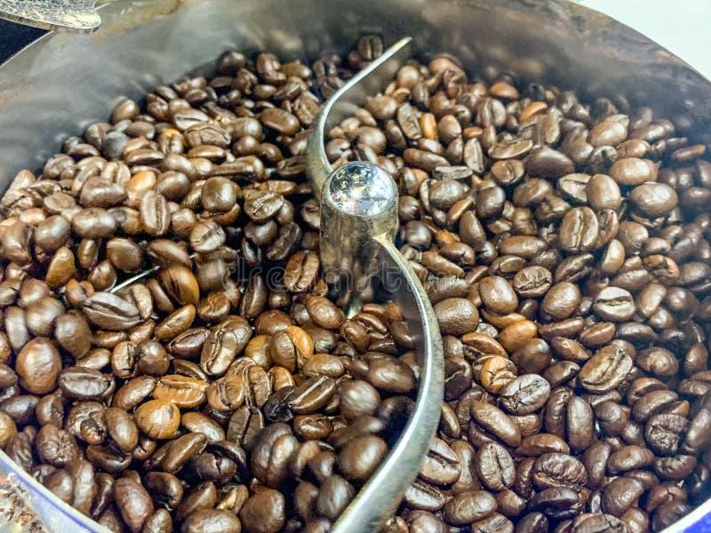 Bakgrund av kaffeb?nor p? en korg fotografering för bildbyråer