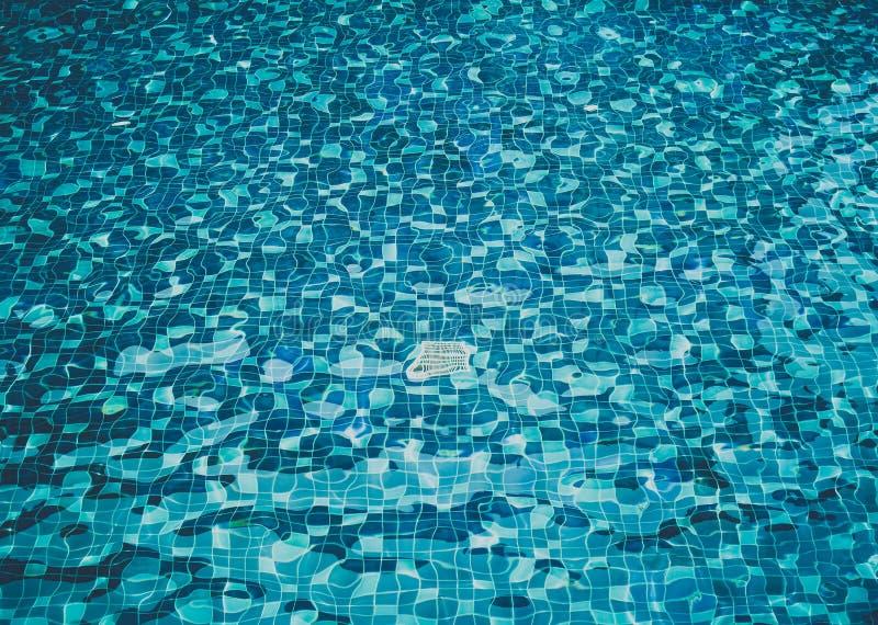 Bakgrund av krusigt vatten i simbassäng royaltyfri bild