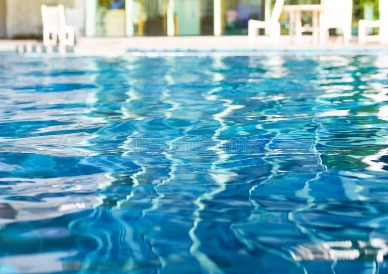 Bakgrund av krusigt vatten i simbassäng arkivfoto