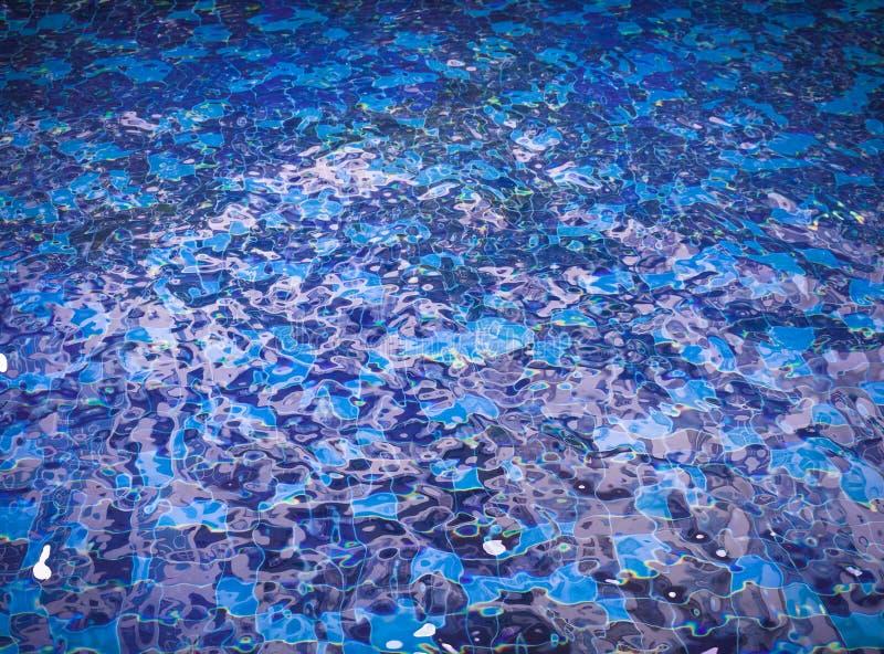 Bakgrund av krusigt vatten i simbassäng royaltyfria foton