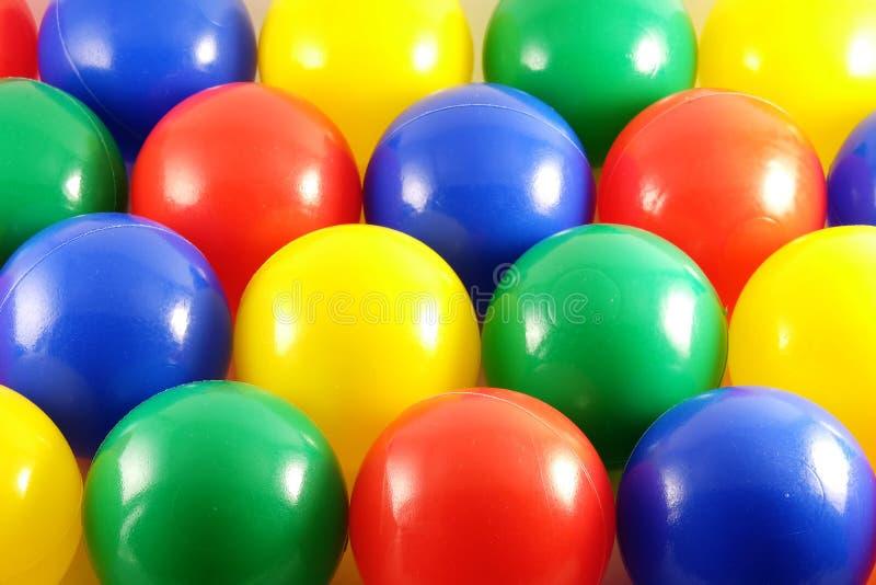 Bakgrund av mång--färgade bollar royaltyfri foto