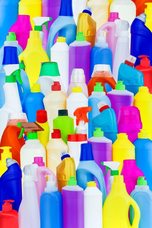 Bakgrund av mång--färgade flaskor med hushållkemikalieer arkivfoton