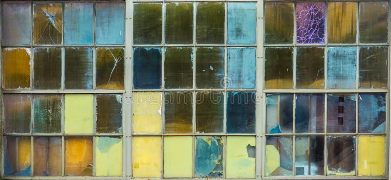 Bakgrund av mångfärgat exponeringsglas förser med rutor arkivbild