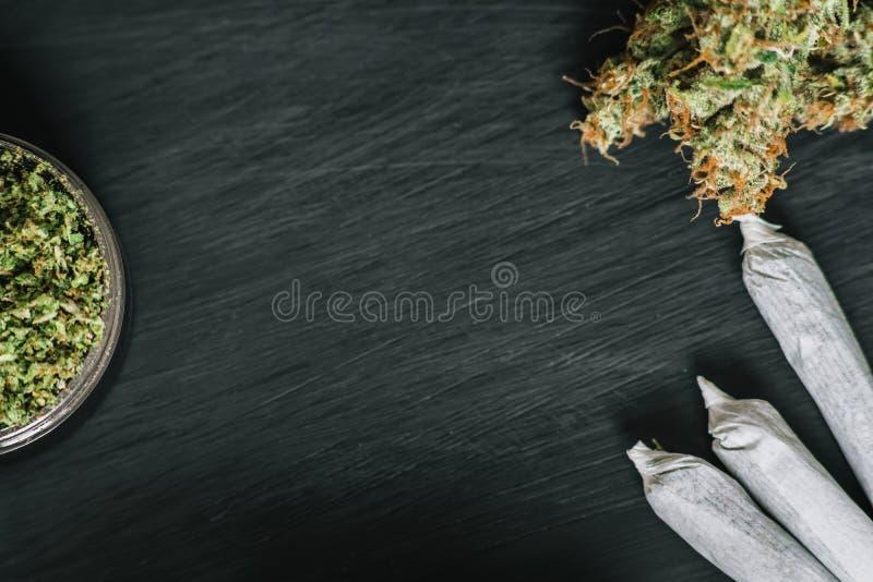 Bakgrund av mörkt trä med cannabisblommor av sikten för utrymme för marijuanaogräskopia den bästa royaltyfria foton