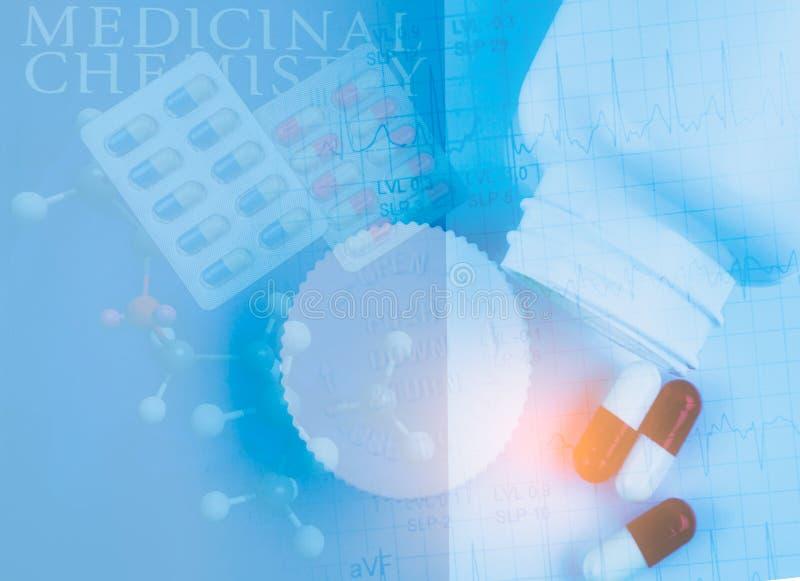 Bakgrund av medicinsk kemi, drogstrukturen, kapselpreventivpilleren i blåsapacke, drogflaskan och EKG- eller ECG-elektrokardiogra arkivfoto