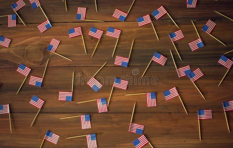 Bakgrund av mini- amerikanUSA flaggor arkivfoto