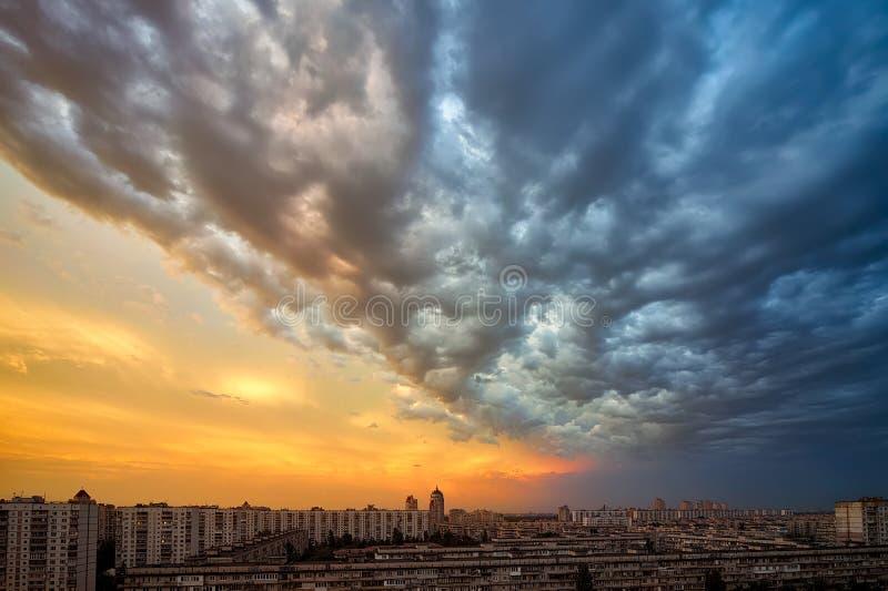Bakgrund av moln för en solnedgångstorm över cityscape arkivbilder