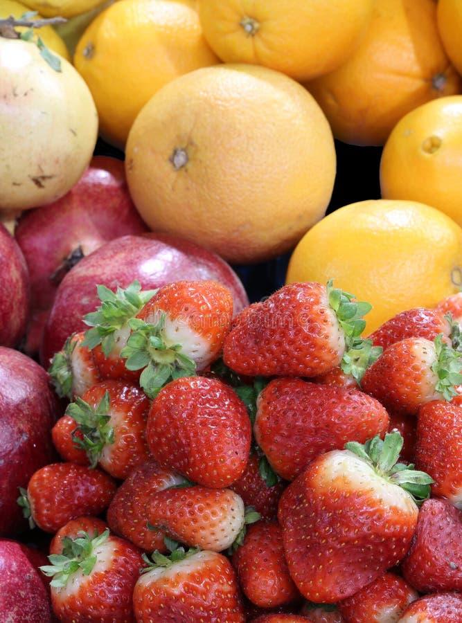 Download Bakgrund Av Ny Frukt Med Jordgubbepomegranesapelsiner Arkivfoto - Bild av grönsak, äta: 106837828