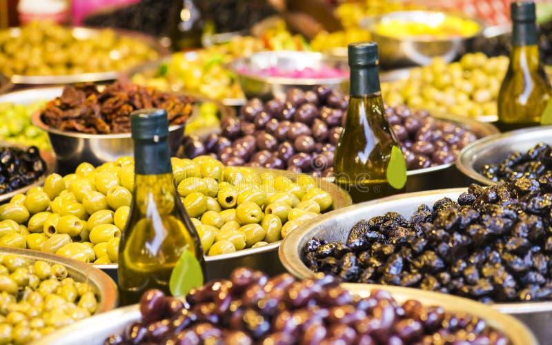 Bakgrund av oliv stänger sig upp grönsak för egypt fruktmarknad Selektivt fokusera arkivfoton