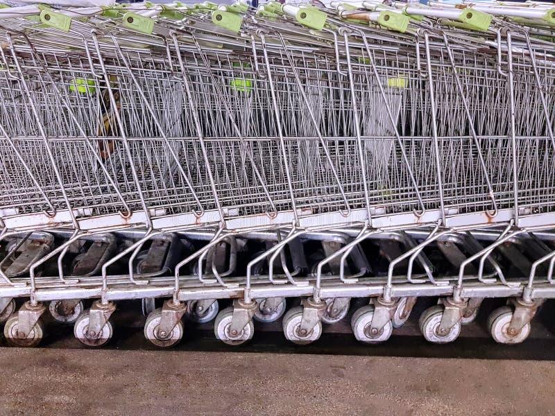 Bakgrund av parkerade shoppingvagnar på supermarket royaltyfria foton