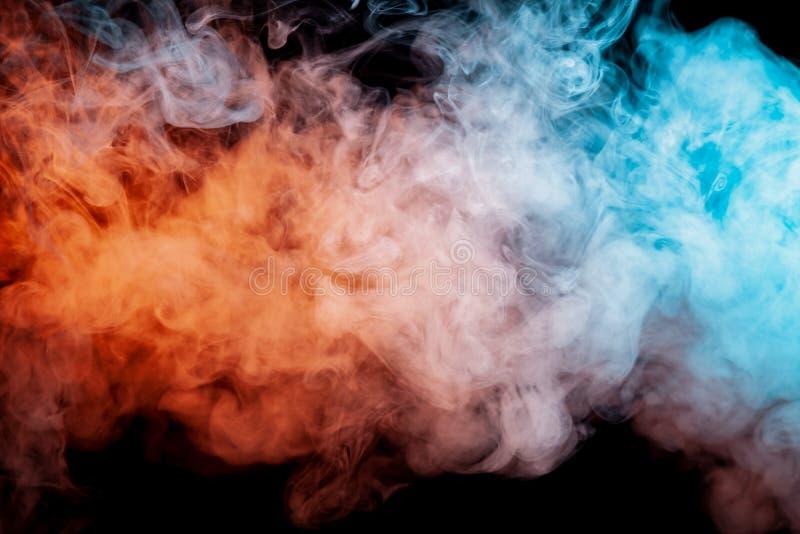 Bakgrund av purpurfärgad, röd och blå krabb rök för apelsin, på en svart isolerad jordning Abstrakt modell av ånga från vape av s royaltyfria bilder