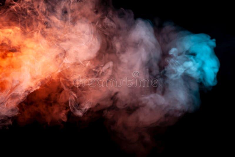 Bakgrund av purpurfärgad, röd och blå krabb rök för apelsin, på en svart isolerad jordning Abstrakt modell av ånga från vape av s fotografering för bildbyråer