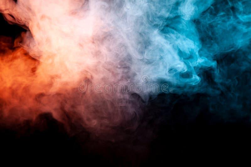 Bakgrund av purpurfärgad, röd och blå krabb rök för apelsin, på en svart isolerad jordning Abstrakt modell av ånga från vape av s arkivfoto