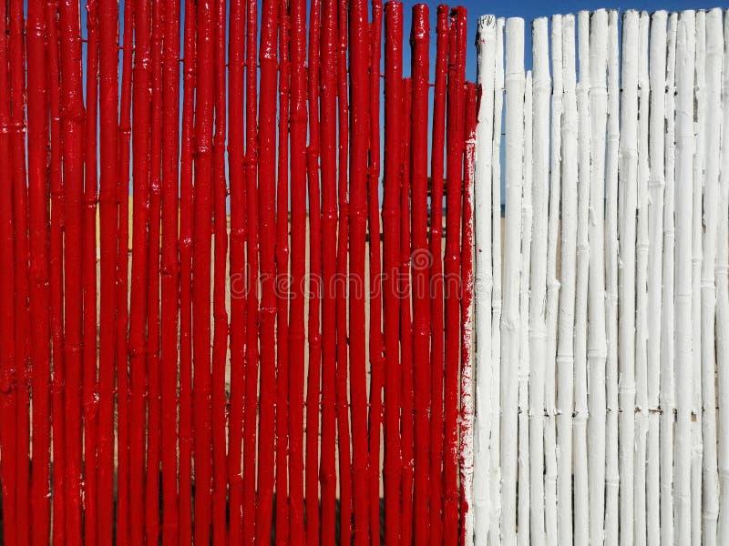 Bakgrund av röda och vita bambupinnar arkivbilder