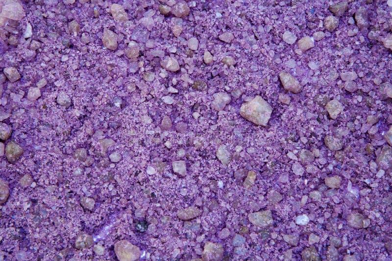 Bakgrund av salta kristaller för lavendel royaltyfria bilder