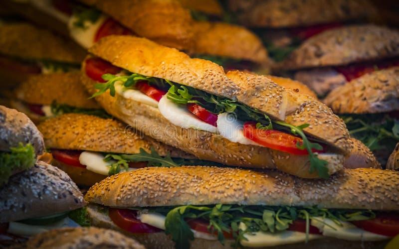 Bakgrund av smörgåsar med grönsaker och ost, royaltyfri fotografi