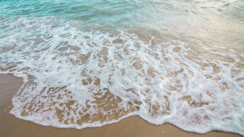Bakgrund av stranden och det blåa havet arkivbild
