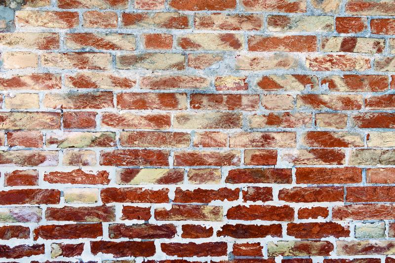 Bakgrund av väggen för röd tegelsten och grå färgmortel arkivfoto