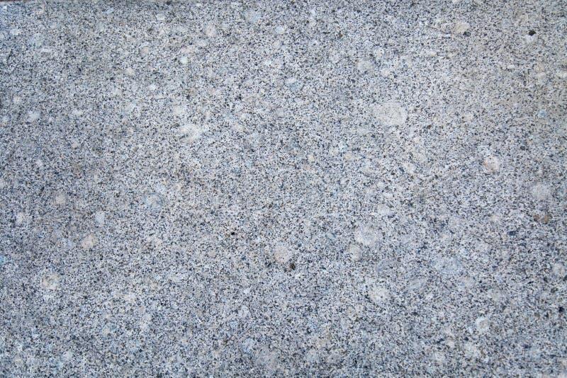 Bakgrund av vit rökig färg för polerad granit med lila svarta fläckar royaltyfri bild