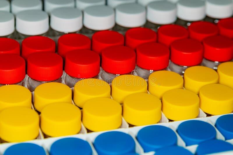 Bakgrund av vitt, rött, gult och blått på burk arkivfoto