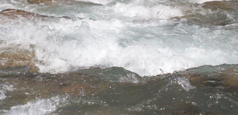Bakgrund av whitewater på floden arkivbild