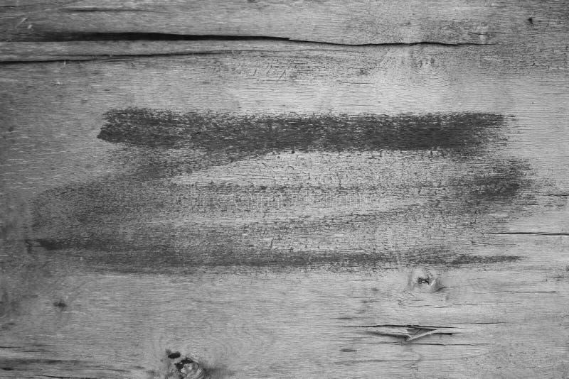 Bakgrund borsteslaglängder med svart målarfärg på ett träbräde som är horisontal, textur fotografering för bildbyråer