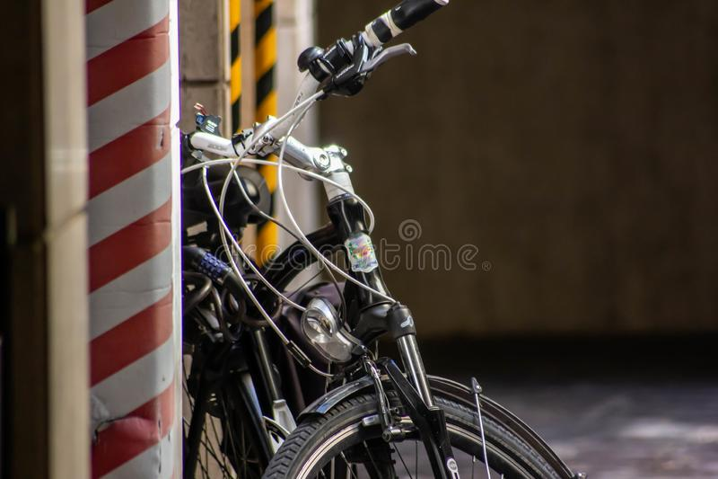 Bakgrund detalj av klassiska mäns cykel som vilar på väggen nära en byggandeplats royaltyfria bilder