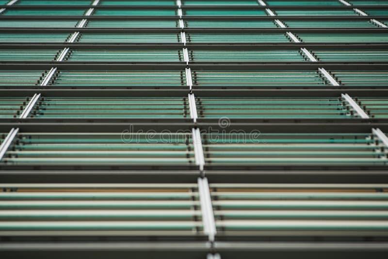Bakgrund eller textur från en grå färg och monophonic metallyttersida med exponeringsglasark crossbeams Konstruktionsmaterial royaltyfria foton
