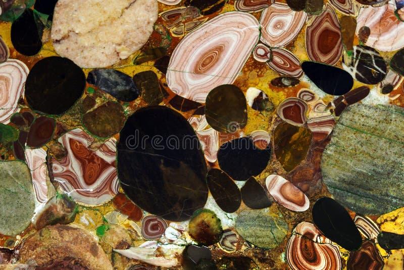 Bakgrund - en naturlig mång--färgad sten arkivbilder