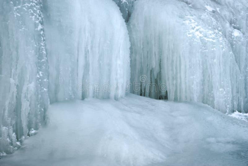 Bakgrund - ett avsnitt av glaciären med istappar royaltyfria bilder
