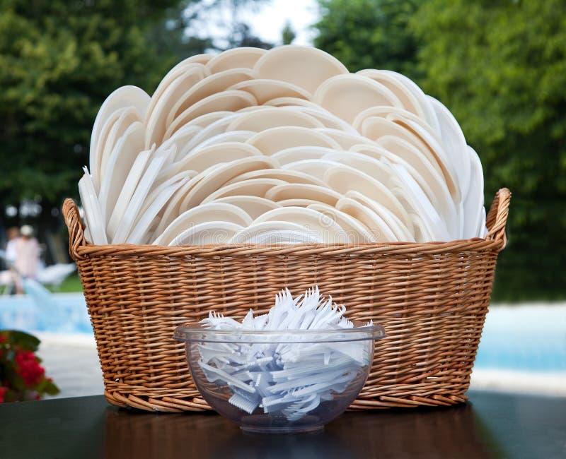 bakgrund färgad genomskinlig white för engångsbordsservis för gaffelexponeringsglasplast- set royaltyfria foton