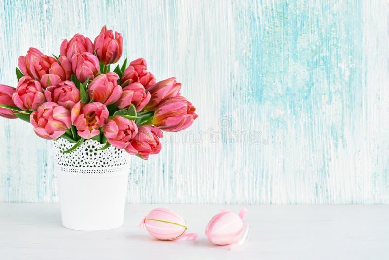 bakgrund färgade vektorn för tulpan för formatet för easter ägg eps8 den röda Dekorativa påskägg och rosa tulpan i den vita vasen arkivbilder