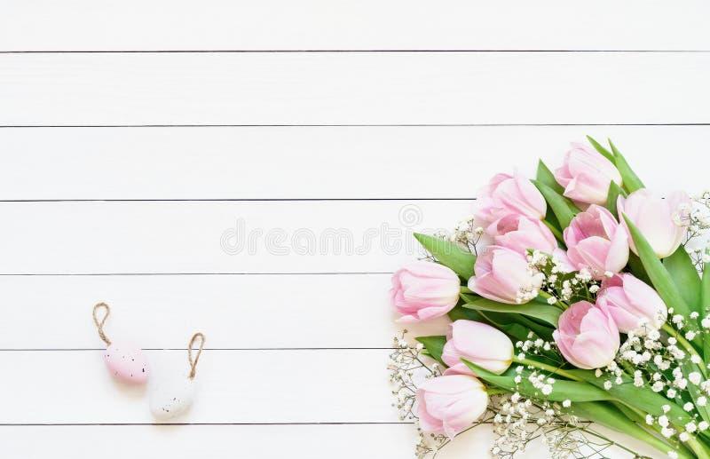 bakgrund färgade vektorn för tulpan för formatet för easter ägg eps8 den röda Dekorativa påskägg och rosa tulpan på vit bakgrund  royaltyfria foton