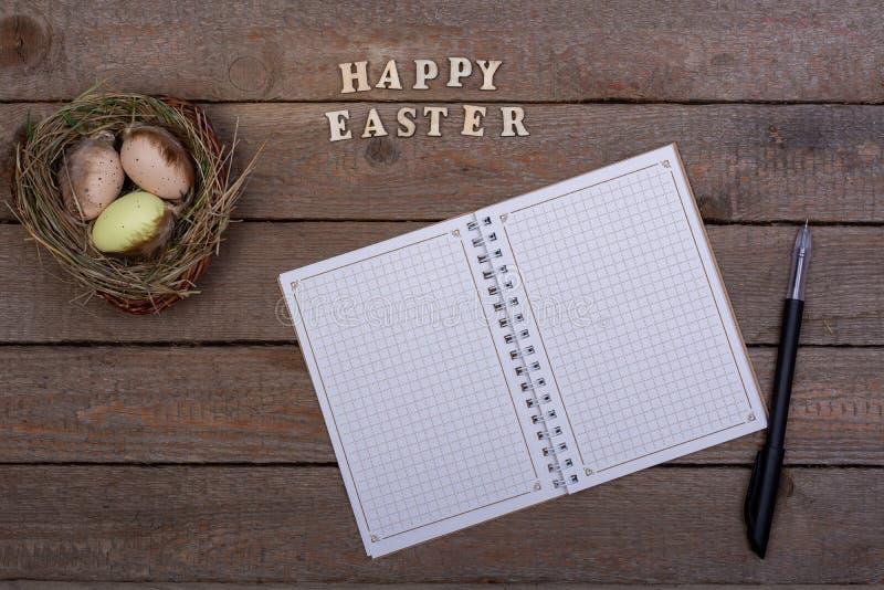 bakgrund färgade vektorn för tulpan för formatet för easter ägg eps8 den röda Inskriften av träbokstäverna 'lycklig påsk ', royaltyfri bild