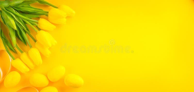 bakgrund färgade vektorn för tulpan för formatet för easter ägg eps8 den röda Den ljusa gula ägg och gruppen av den blommande tul royaltyfri foto